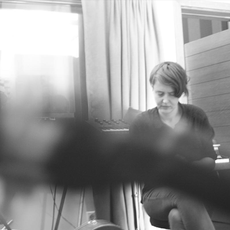 Bild zeigt Jana Sotzko vor einem Synthesizer